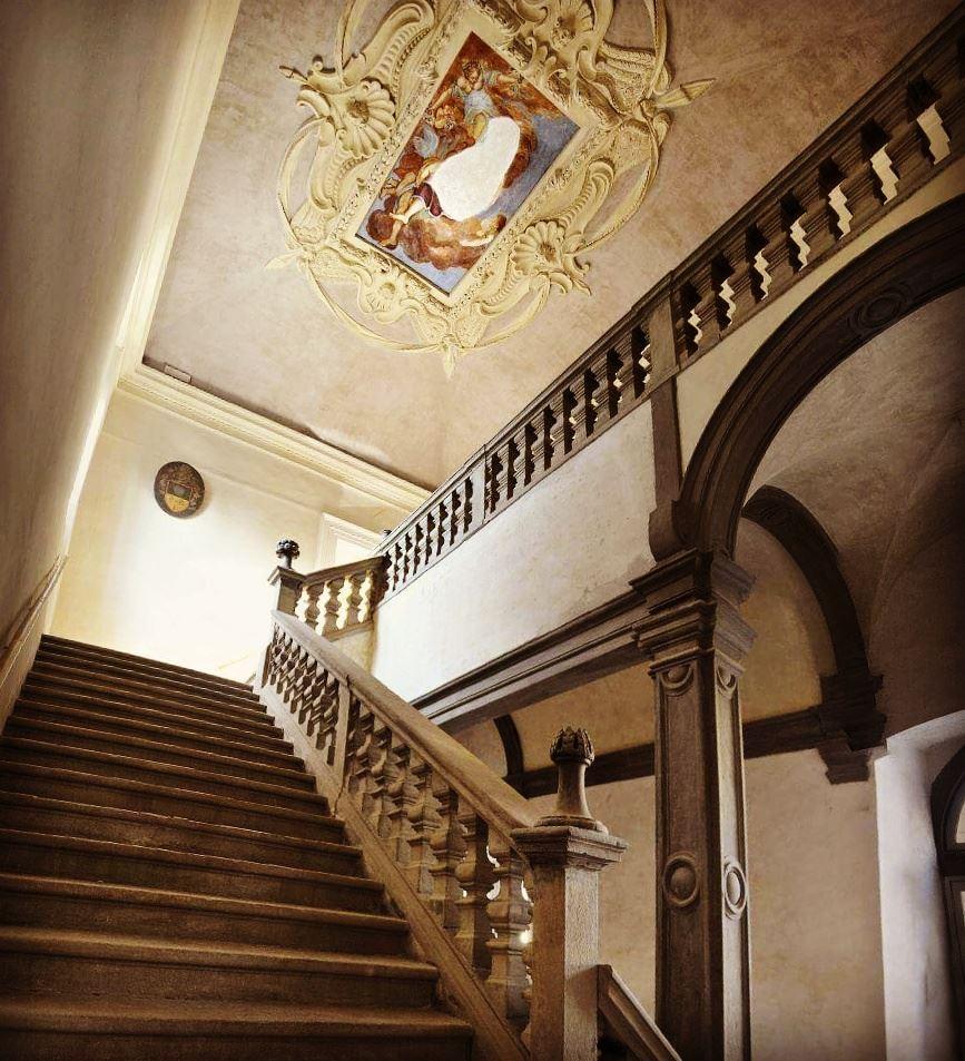 Il magnifico scalone -foto da https://www.facebook.com/Associazione-culturale-Nel-nome-dei-Tasso-103206013365485/